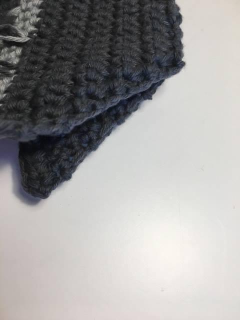 Fold hæl stykket ret mod ret og sy eller hækl stykket sammen i siderne.